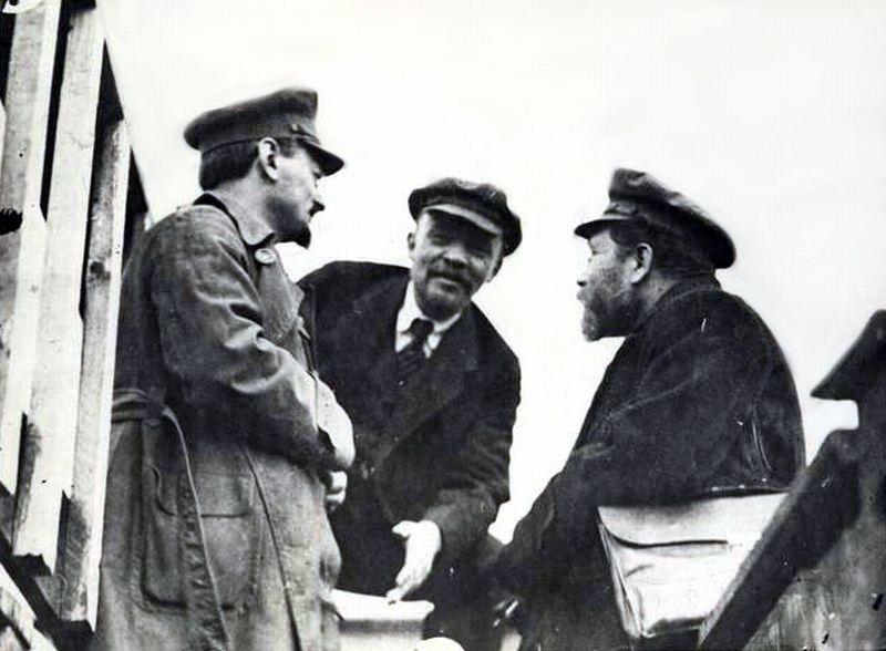 Lenin (al medios) y los dos bolcheviques Trotsky y Kamenev, ambos asesinados por Stalin.