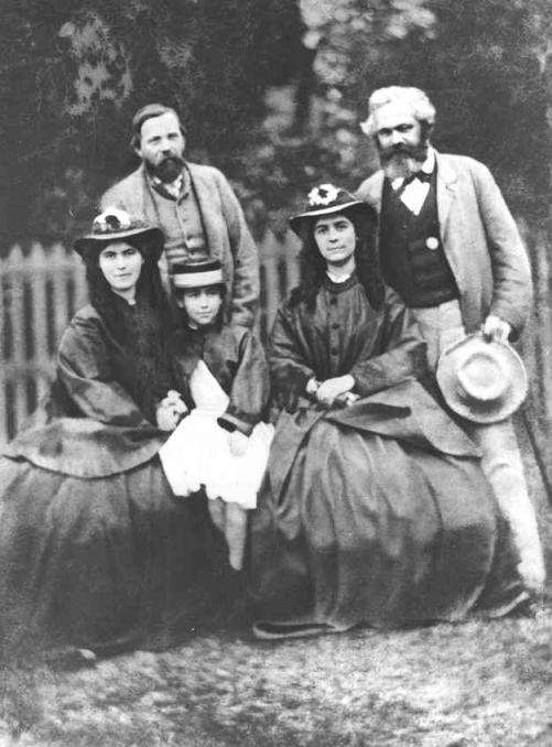 Friedrich Engels (izquierda), Karl Marx y sus tres hijas.