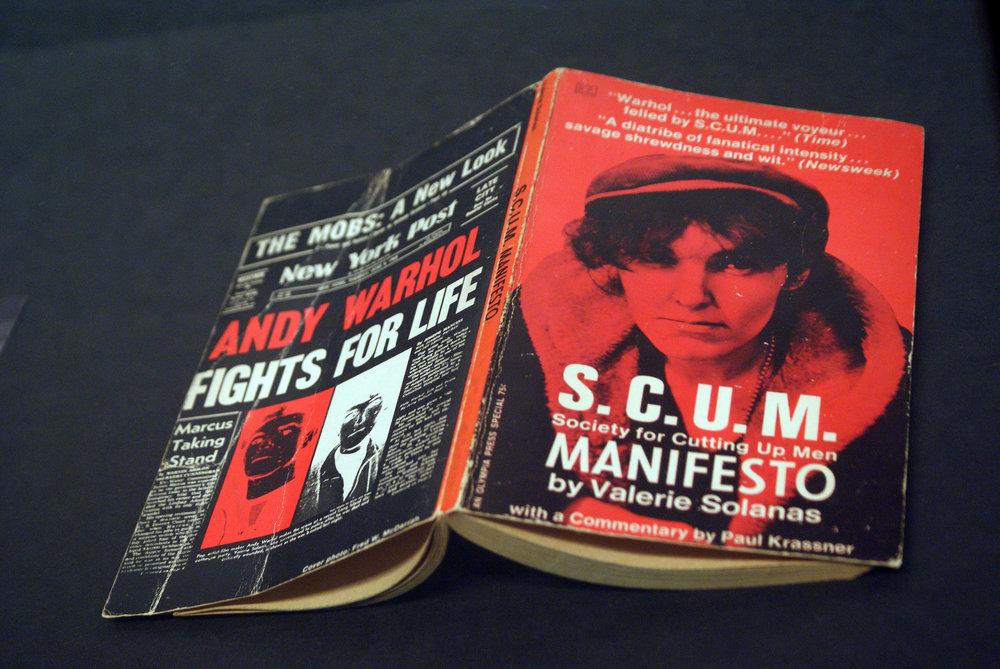 Valerie Solanas escribió este Manifiesto misándrico. La autora fue más bien conocida por su intento de asesinar a Andy Warhol