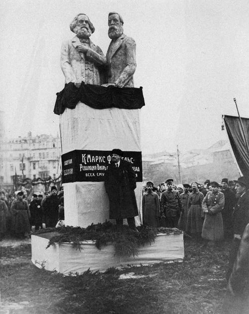 Lenin frente a las imágenes de Marx y Engels (Rusia)