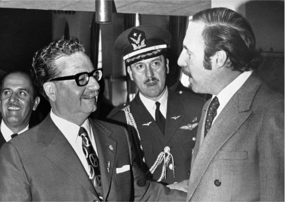 Salvador Allende con el político, economista y diplomático Orlando Letelier, posteriormente asesinado por la dictadura en 1976 en Estados Unidos