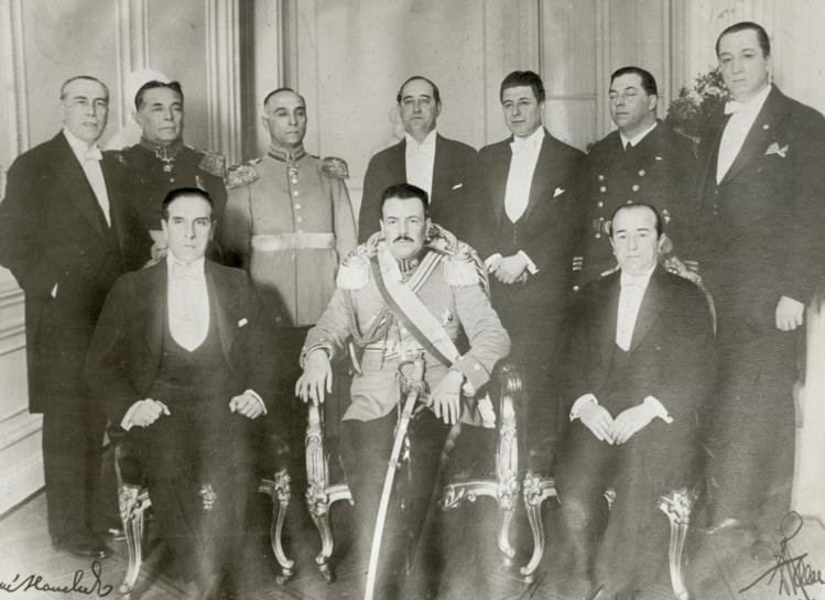 Ibáñez sentado al centro y su Ministro Pablo Ramírez de pie a su izquierda