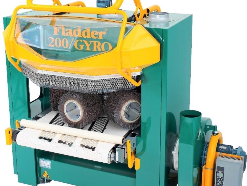 Machine: Fladder GYRO - Geautomatiseerd ontbramen, richtingloos borstelen, oxidehuid verwijderen en scherpe kanten breken van plaatwerk of geprofileerde delen.Brengt een ideale afrondradius aan voor een goede kantendekking bij het coaten.Krachtige fixatie middels vacuümtechniek.Operationele kosten: slechts circa € 0,13 /m2