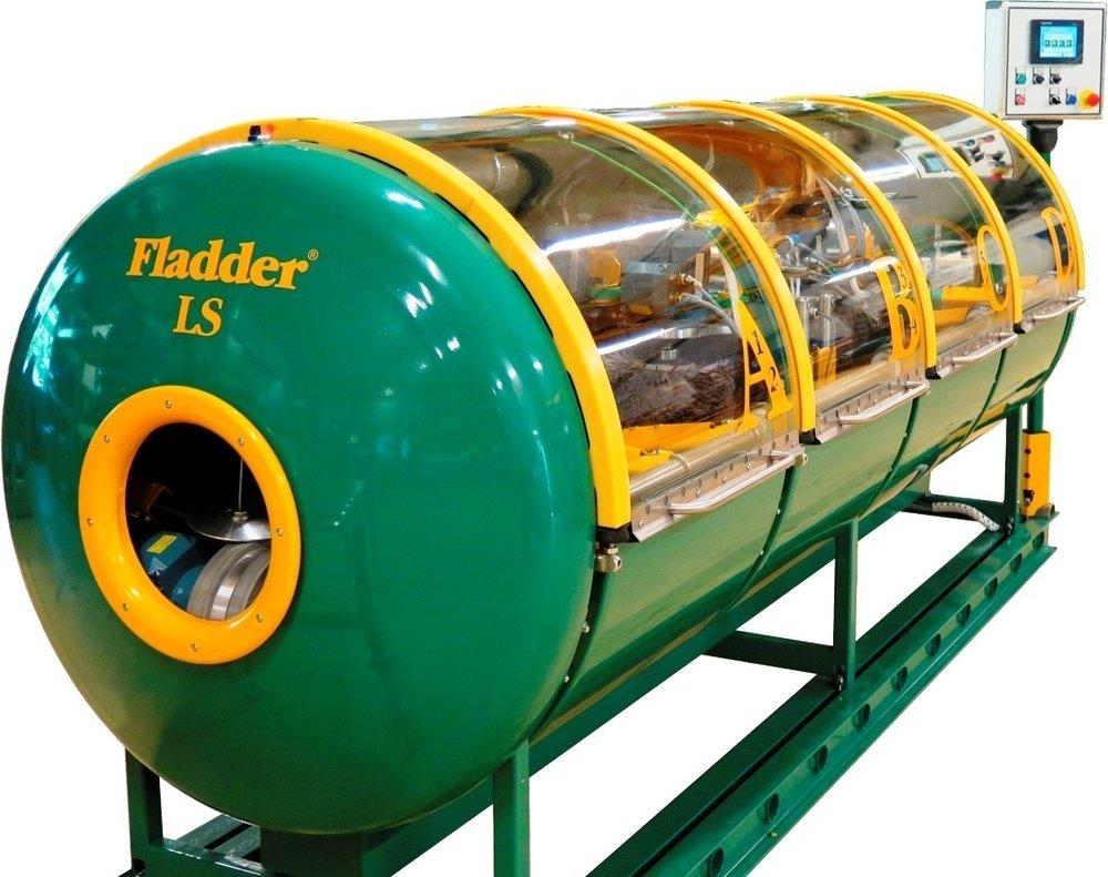 machine: fladder LS - De Fladder LS-machine maakt het mogelijk om geautomatiseerd lange smalle producten te ontbramen en de scherpe kanten te breken. Producten zoals profielen, buizen en kokers worden in 1 doorvoer van alle kanten gelijktijdig bewerkt.
