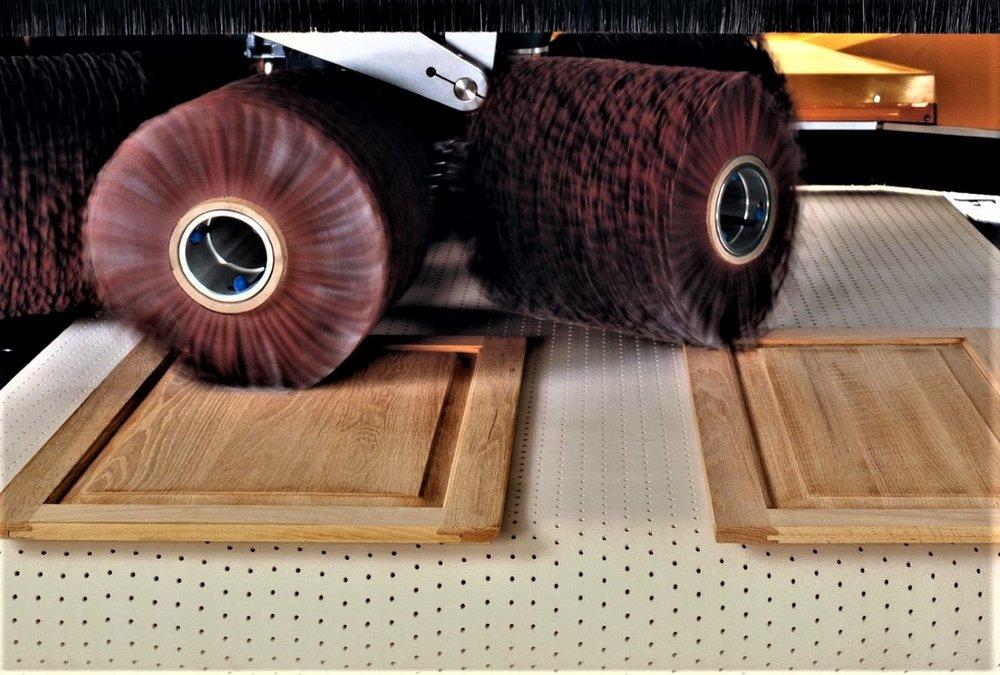 Machines: Houtbewerking - De Fladder machines zijn perfect geschikt voor het schuren en tussenschuren van hout.Dit verbetert de hechting en breekt de scherpe kanten van plaatmateriaal.Eenvoudig kosten te besparen in verfgebruik.