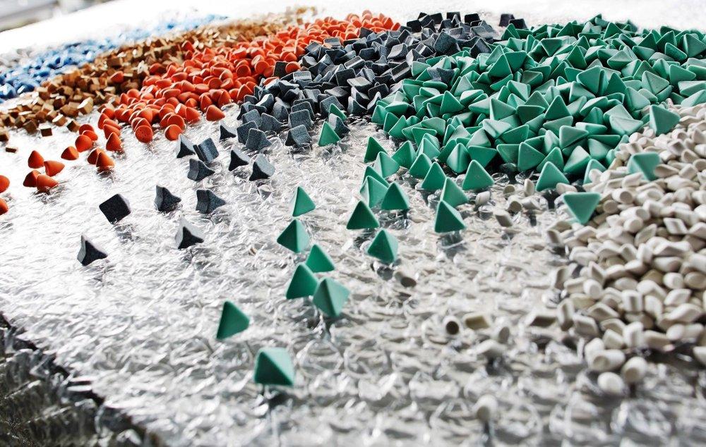 Media - -Afhankelijk van de gewenste oppervlakte finish selecteert OTEC het type media (chips)-Er bestaan legio typen media, variërend in materiaalsoort, geometrie en afmeting.