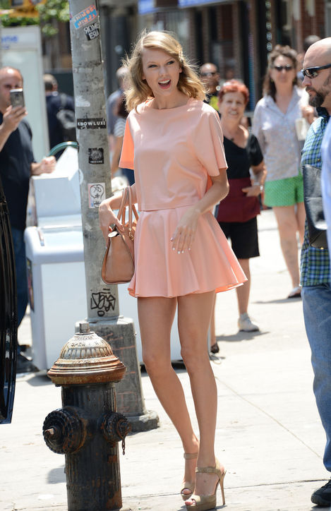 taylor-swift-alice-and-olivia-pink-h724.jpg