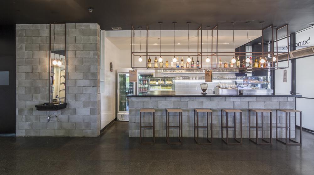 O volume composto por bloco de concreto bruto, se subtrai para relevar um interior claro e iluminado.