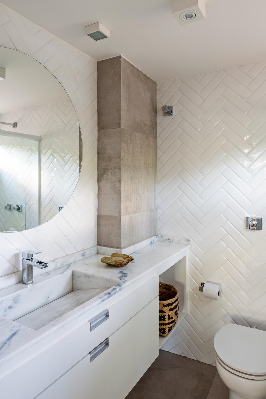 O padrão em espinha de peixe se repete no revestimento dos banheiros.