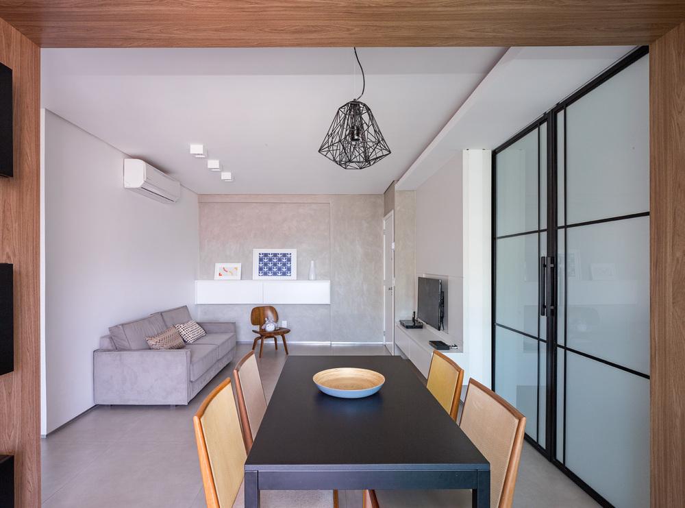 A caixa que envolve a sala de jantar se torna o elemento de união entre todos os ambientes.