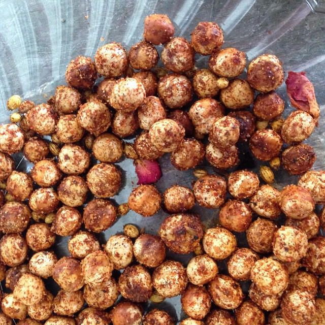 Slow roasted Crunchy ChickPeas with Baharat - Vital Crunch #vitaleats #vitaleatsllc #vegan #whatveganseat #poweredbyplants #eatgreen #slowfood #plantbased #crunchy #vital #foodporn #veganfoodporn #vegansofig #eastcoastvegans #snackattack debuting next week at #troyfarmersmarket #spacityfarmersmarket #saratogafarmersmarket #garbanzo #chickpeas #healthysnacks #getthisinyou #baharat #vsco #vscocam