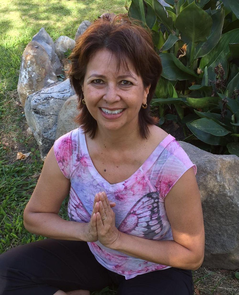 Doris Martinez,E-RYT - Doris comenzó su carrera en salud y fitness en 1980. Durante los últimos 36 años ella ha sido Instructora Certificada de Fitness Grupal, Instructora de Pilates, Personal Trainer, Consejera Nutricional y Master Trainer. Practica yoga desde hace 10 años y realizó el Profesorado de Yoga de 200 horas de la Yoga Alliance en San Francisco, California.Forrest Yoga, de los diversos tipos de prácticas que hay, es la que más resonó con Doris. Forrest Yoga fue creado por Ana T. Forrest. Es un estilo de yoga moderno basado en Hatha yoga que se apoya en cuatro pilares - Respiración, Fuerza, Integridad y Espíritu. Es conocido por sus largas posturas de retención, trabajo abdominal y desafiantes series de pie.De acuerdo con la Filosofía del Forrest Yoga, Doris desea guiarte para profundizar y encontrar tu verdad y animarte a disfrutar los frutos que has cosechado en el mat, más allá del mat y en el resto de tu vida.