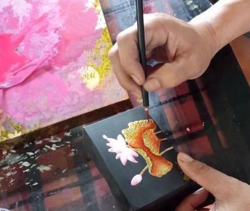蒔絵用の道具 - 蒔絵を施す際に、有名な2つの道具(粉筒・爪盤)が使われます。金粉等の粉ものや青貝粉を蒔く時に使用する竹製の筒状の「粉筒」。べっ甲製の小型パレットで,親指にかけ,その上に絵漆を出し,筆につけて描く「爪盤」。