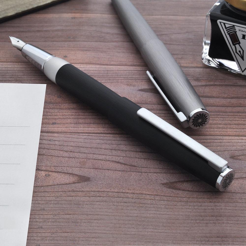 機能性に優れた金属製の筆記具 - インテンシティーは絶対的なあなたのための筆記具です。本体は高い等級のアルミニウム合金製。この製品はヘアライン加工の後マットサテン加工を施すため、高品質の陽極酸化物を適用しています。このコレクションは耐腐食性、耐衝撃性を持った、実用性の高い製品です。