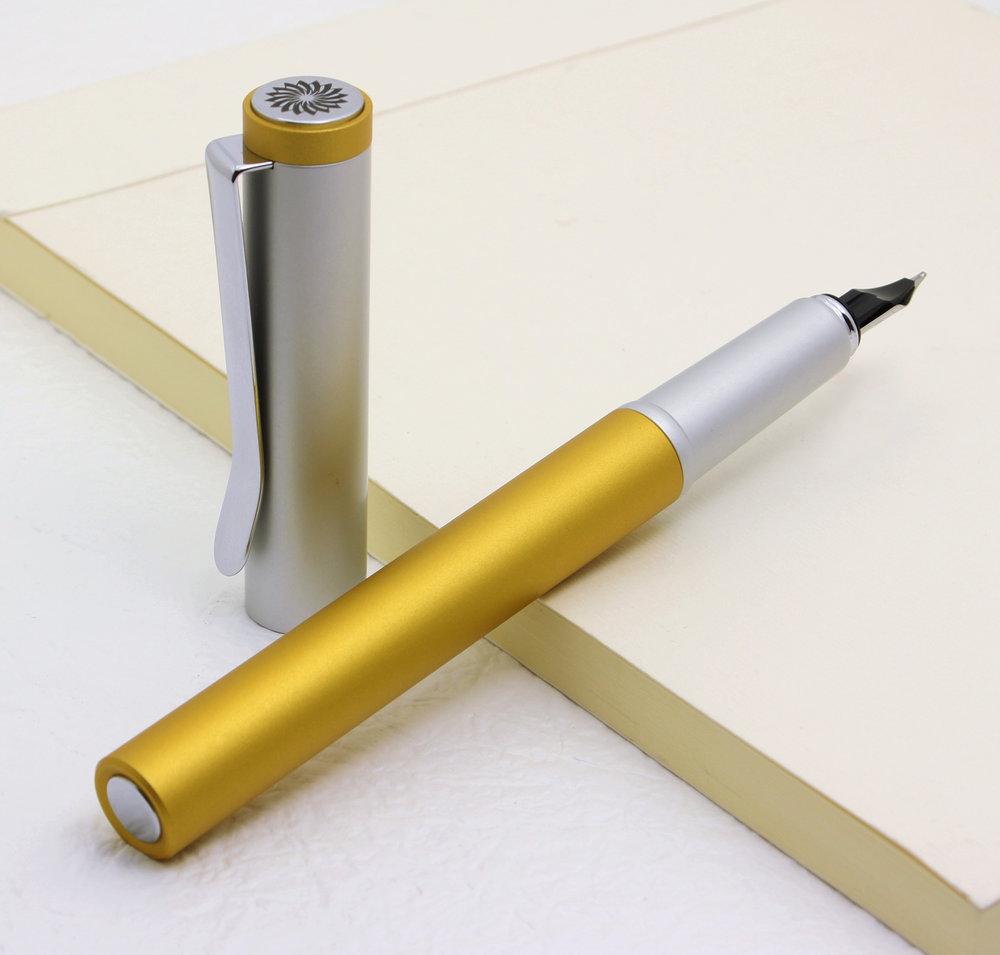ロールストッパー - 同軸上で直線にカットされたラインは、均整の取れたバランス・軽量化に適応し、 ぺんが転ばないよう考慮しています。