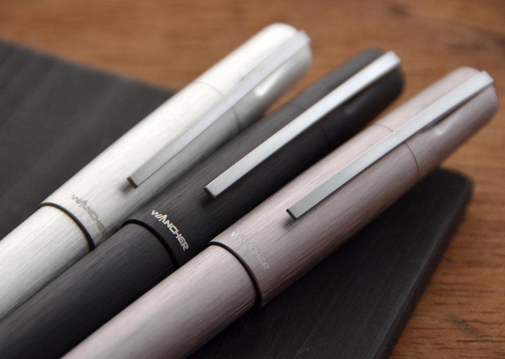 ワンチャーエンブレム&クリップ - ワンチャーロゴはキャップトップに刻印されています。クロームプレート製のクリップは、大きくとてもスリムでもあります。クロームクリップの構造の特徴は衝撃に強いことです。様々な場面において機能的で、あなたのペンを守るために非常に丈夫なのです。
