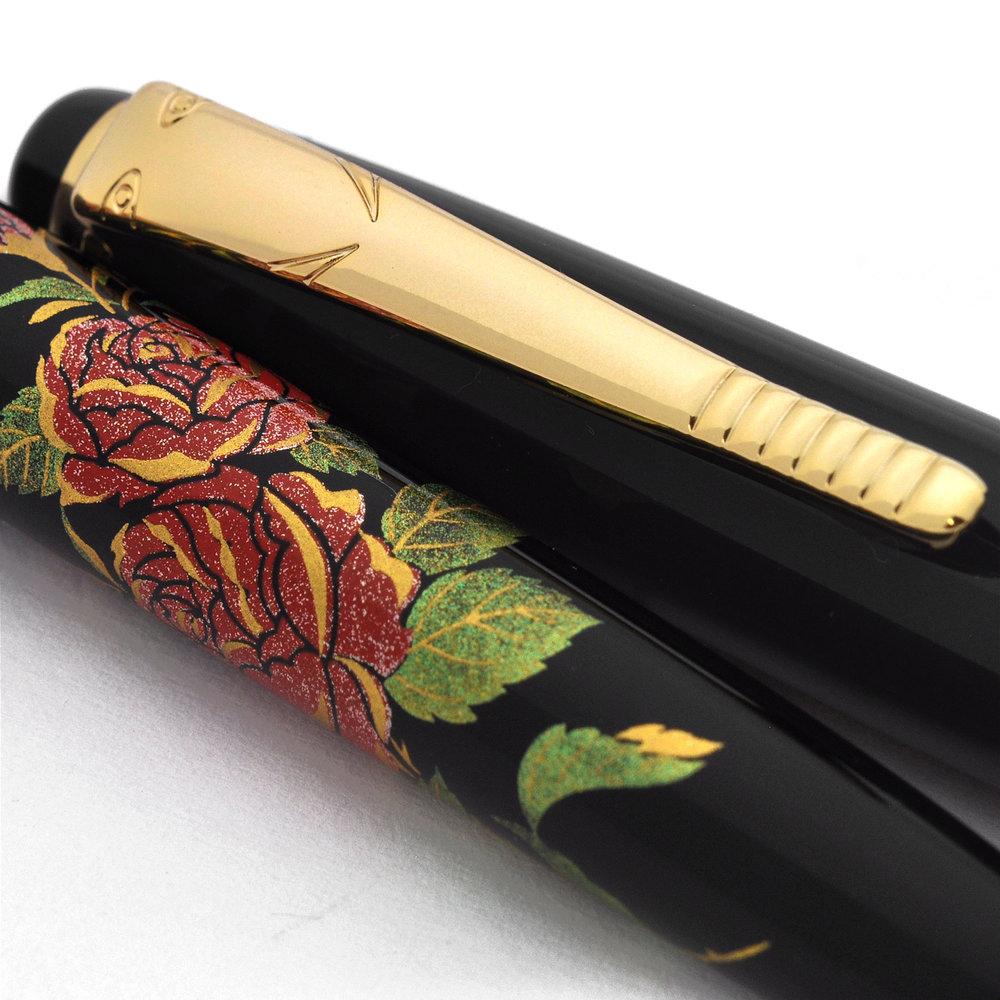 日本の伝統的な模様 - 日本製品の最も一般的な装飾は、日本人の文化と人生観を表した伝統的な模様です。扇面春秋、花、枯葉や自然に生きる生物のイメージは、先人たちに親しまれてきた、日本のスタイルです。この文化的な特徴を施すことで、芸術家大下は特別な蒔絵ボールペンを作り出してきたのです。