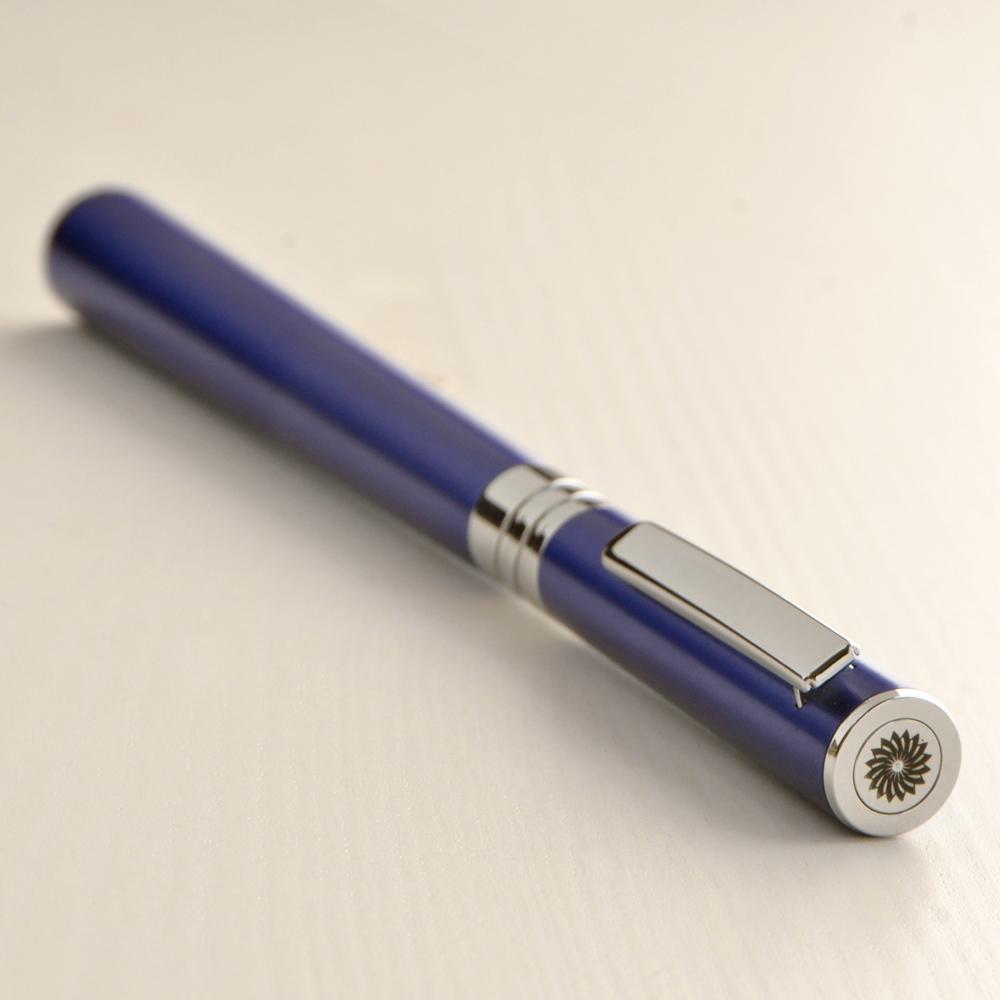 ブルーベリー ブルー - このモデルの、ブルーベリーブルーの色は、女性の知恵、自信、知性を表しています。
