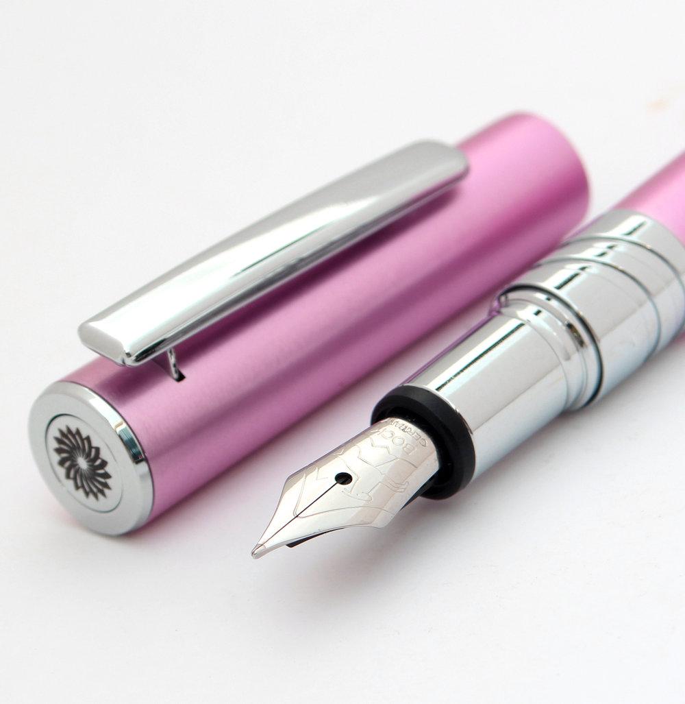 ワンチャー エンブレム - ワンチャーのロゴは、キャップトップに刻印されています。しかし、レ・ルージュのクリップは、どんなものにもペンをはさむために、クロームプレート材を用い大きなサイズとなっています。