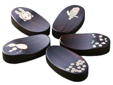 象嵌:日本の伝統 貝象嵌 - 貝象嵌とは、素材である「貝」を、様々な形に「象(かたど)」って、木に「嵌(は)」める…読んで字のごとくの技法。木地にモチーフに合わせた彫りを入れ、貝殻の内側にある真珠層を、同じモチーフにかたどり、寸分違わずはめ込んでいきます。