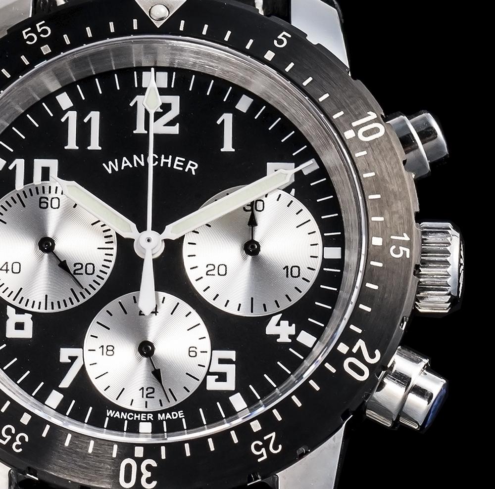高い視認性 - この時計のデザインは何よりも視認性を、つまり時を瞬時に認識する機能を最優先して設計されています。文字盤の持つ独特な雰囲気と美しさは、機能美とさえ言えます。この時計にドイツの風合いを感じるのは、インデックスの文字やスモールダイヤルの微妙なバランス、ハンドが生み出すものなのです。このデザインのバックボーンには、ドイツのバウハウスとロシアのアバンギャルドやフランスを中心に発展したダダイズムなどの影響を受けた独特なスタイルがあります。シンプルですが、絶妙な個性を持つ整った美しさを持っています。