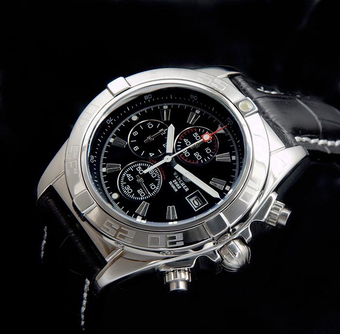 インダイヤルの視認性 - 6時位置に秒針であるスモールセコンド、12時位置に60分積算計、9時位置には12時間積算計がそれぞれ配置されています。軍用時計の歴史には、このレイアウトが施された時計を数多く見ることができます!日常生活では、パイロットほど過酷な条件下で過ごすことがないため、緊急な時間確認は必要ありませんが、機能的優位性は大切かと思います。また、60分積算計のインデックスは白色と赤色、2色によって色分けされているため、経過した分数を視覚的に捉えることができます。