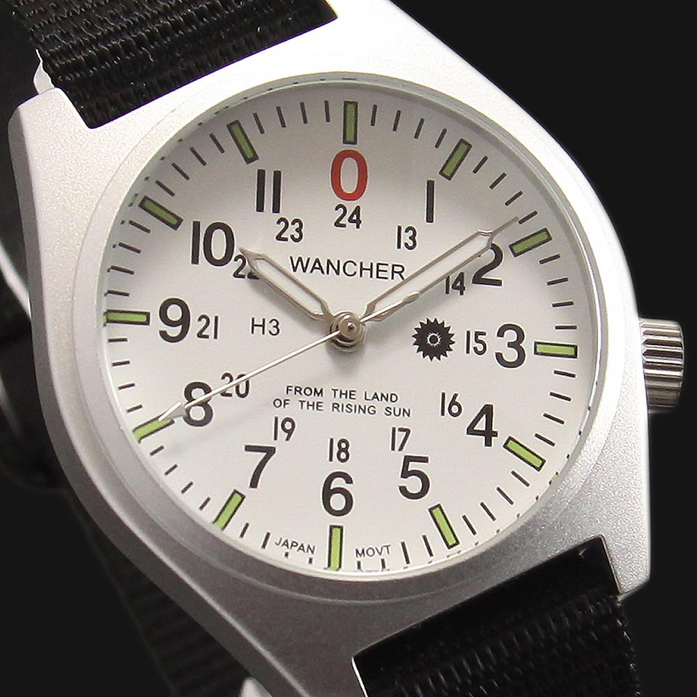 全て専用設計 - ケースは汎用ではなく、本物の政府配給品として兵士たちに支給されてきた歴代の軍用時計の特性を生かし、設計図を引きました。軍用時計の歴史の中で培われてきた要素を継承、そして実際の使用感を追求した最新形状です。そのケース形状はケースとラグが一体の構造で設計されており、ラグが折れてしまう事故は皆無です。無駄な装飾なく、人の動作の障害にならないよう考えられています。厚さ10mmのアルミ構造は、内部のメカをがっちりと保護します。このケースは、アルミニュームの塊から削り出され精巧に仕上がっています。