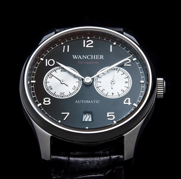 最良なサイズ - 少し大柄な45mmのケース(45mmは、このスタイルの時計の実使用において最上サイズだと考えました。)この時計のデザインには、大きさも必要であり、ブランドによっては47mm、50mm以上で作られています。もともと、パイロットが懐中時計にストラップをつけて使用していた事に発する時計であることから、そのようなサイズも正道ですが、日常使用には大きすぎる感もございます。ダイヤル内のインデックスサイズ、ダイヤル、ハンドにおいても、45mmに最適のバランスで作られております。文字盤は、視認性を考慮しマットブラック。時計の厚さも13mm、上品にまとめてあり、サイドビューも美しいです。