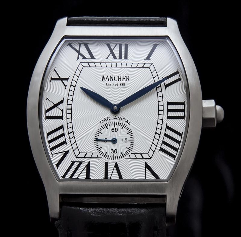 トノーケース - 適度な大きさを持つ、トノー型ケースは、普段使いの時計には、なじみの薄いケース形状に思えますが、ラウンド型とスクエアー型の両方の美点を持つ、樽型です。ちよっと大柄な時計であっても、上品に手になじむ形状として採用されました。