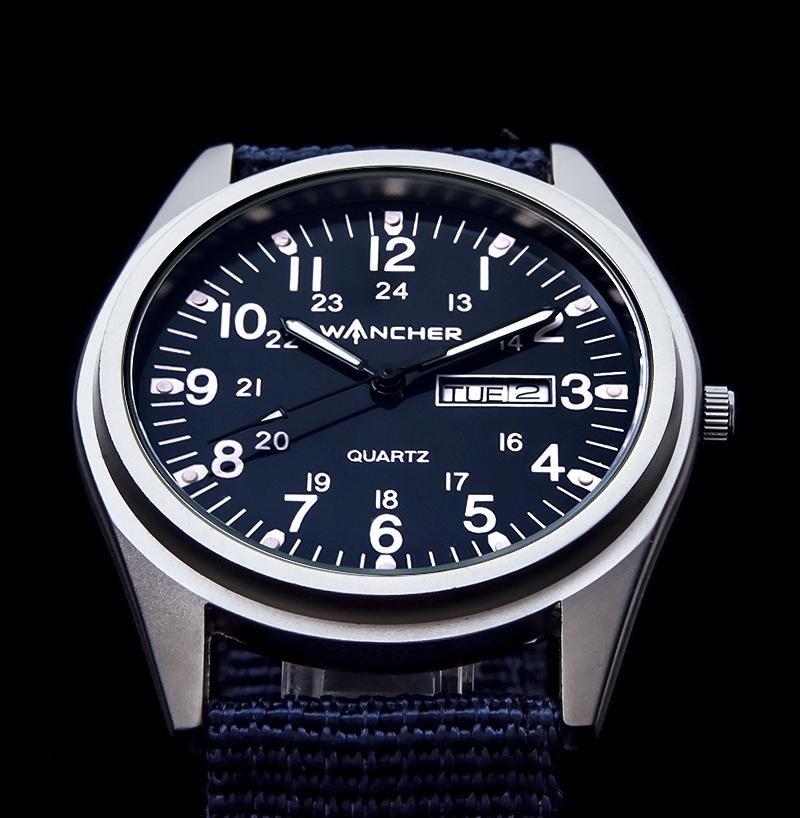 軍用設計 - この腕時計は最も古い歴史を持つ軍用時計の原点と呼ばれている、タイプAをベースに誕生しました。軽量でありながら頑丈なアルミニウムを採用。ケースサイズも41mmと小振りで、軍事行動を妨げないように設計。バンドはナイロン製ですが、通常の7倍以上の強度を誇る実戦仕様となっています。