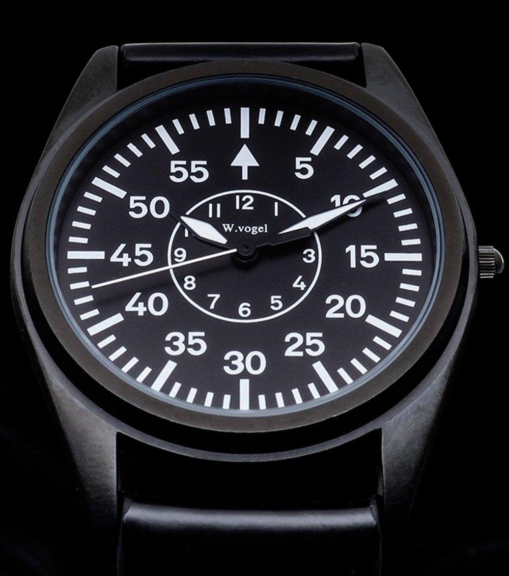 特殊ハンド - 一目でカジュアル時計ではないことを感じさせるハンド。特殊なハンド、時間針と分針は、この時計のために設計されたものです。長年使ってきた、ツールが持つような不思議な魅力を、この時計から感じるのは、機能性を最優先された、独特な設計が醸し出す存在感のためです。