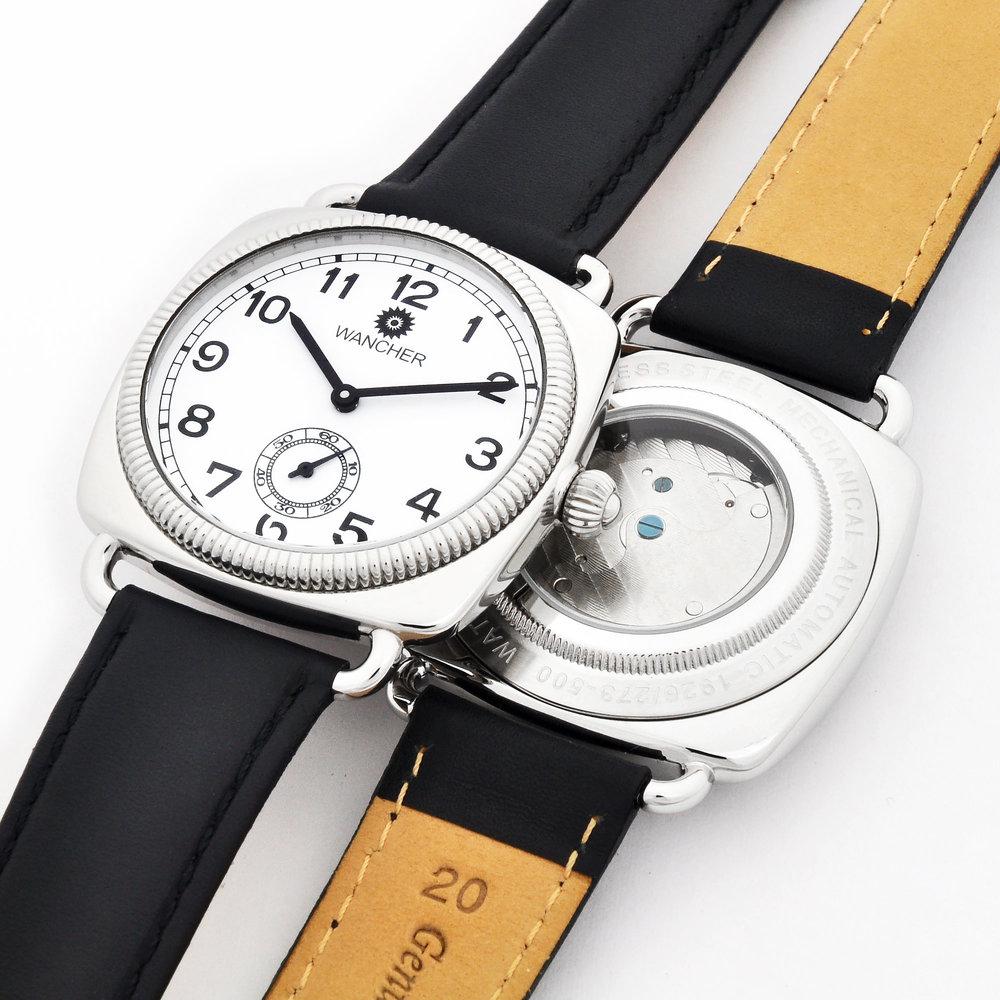 オイスターケースのサイズ - ケースサイズは、当時の時計が小ぶりであったのに対して、このシェル オイスターは40mmケースとしてあります。当時のサイズも魅力的ではありますが、現代のスタイルの中で、より魅力的に感じていただけるであろうと考え、小さすぎず、大きすぎず、使いやすいサイズとして40mmを選びました。とてもすっきりとした印象で、手首の上に収まると思いますし、時計自体が目立ちすぎるわけでもないのに、強い個性を感じさせるのは、今から100年も前に生み出されたデザインであっても、当時考え抜かれた、高い完成度を持ったデザインは、現代でも本物の魅力を持つと考えます。