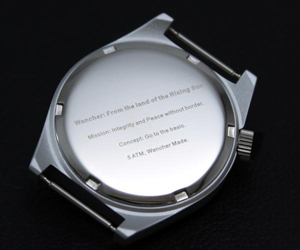 5気圧防水機能 - ケースバック(裏蓋)は品質に定評のあるステンレススチール製で「ねじ込み式」を採用。従来の使い捨てが前提であった配給時計のイメージを一蹴。簡単に電池交換や修理ができる構造としました。なおかつ機密性も高め、5気圧を達成しています。