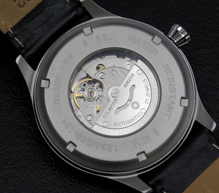 特赦なメカニズム - 直径46mmの精悍なラウンドケースに、21石ムーブメントを搭載した、機械式自動巻きの時計です。24時間をかけて、短針が、文字盤を一周する、特殊なメカニズム ムーブメント。