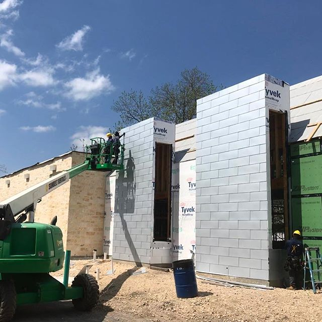 Metal cladding going up on the booth towers at the Muck&Fuss Burger Bar!! Getting closer! . . . #construction #progress #architecture #design #build #craft #dowork #modern #moderndesign #texasarchitecture #burger #burgerbar #restaurant #beer #beerbar #craftbeer #foodie