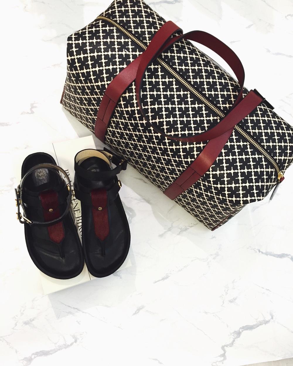 Sandaler og weekendbag - By Malene Birger