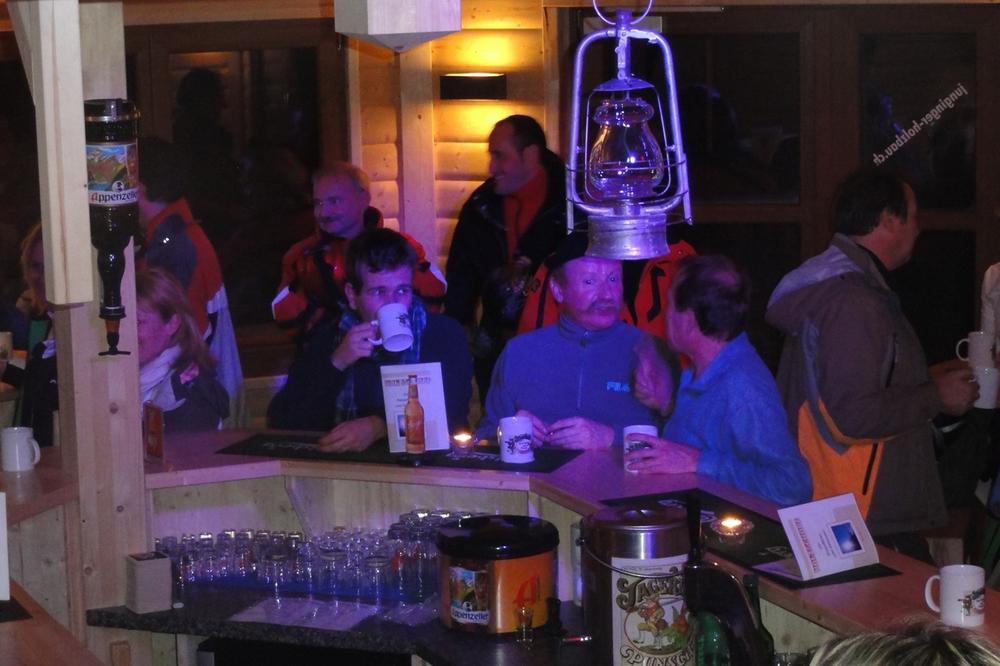 Bar mit Leuten.JPG