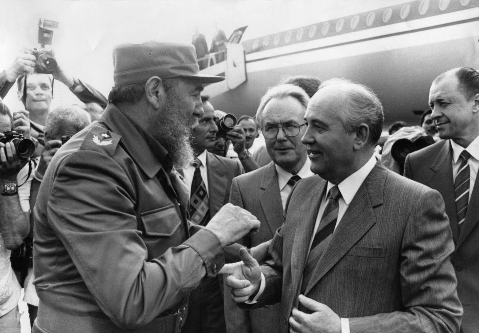 Fidel Castro recibe a Mijaíl Gorbachov (derecha) en La Habana, en abril de 1989.GETTY IMAGES