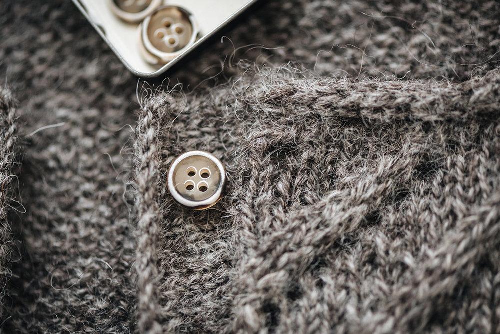 Kate-knitting-cardigan-button-macro-laine-magazine-yellowish-patricia-martins-2019