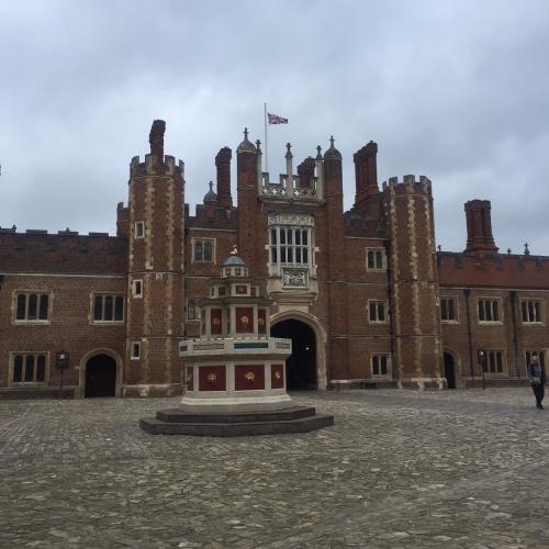 Year 8 Hampton Court 13.10.2017.jpg