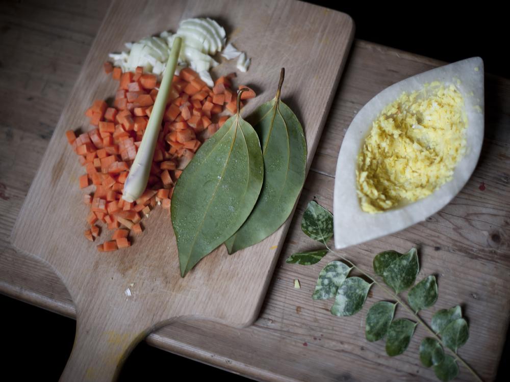 Frische Zimtblätter aus Papas Garten auf den Seychellen, Ingwer-Knoblauch-Paste, Zitronengras gibt Frische und Aroma. Fake it till you make it.