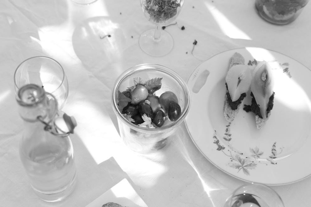 Tomber Amoureux de GewürzBirnen auf schwarzer Olivenpaste.