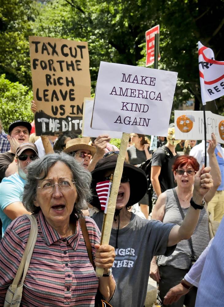 170702-trump-impeachment-march-newyork-se-157p_b84e38a21fc3e3685fea548e5251106b.nbcnews-ux-2880-1000.jpg