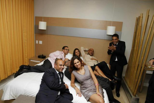 Le président haïtien Martelly, avec son équipe, dans une chambre d'hôtel.
