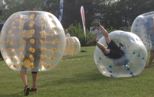 Der Bubble landet sanft auf dem Feld. Der Bubbel ermöglicht eine weiche, abgefederte Landung.