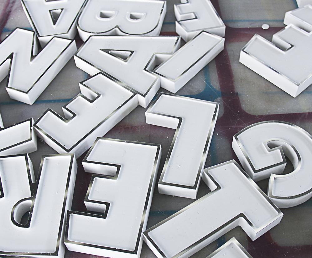 swarovski-typography-by-camilo-rojas 5_o_o.jpg