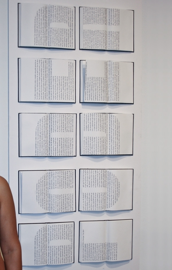 Poder (Power) Text on books installation