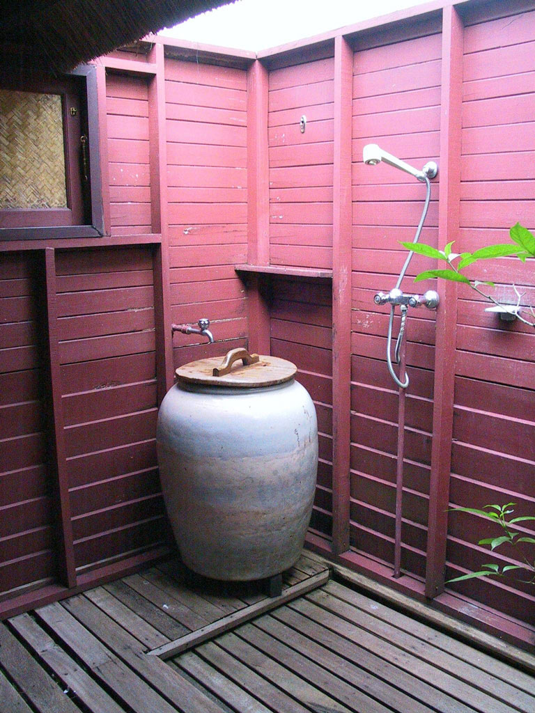 Bungalo-outside-shower.jpg