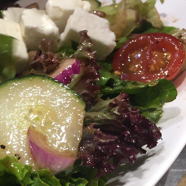 Nu har vi öppnat våra dörrar igen efter 3 långa månader. Ni är varmt välkomna - på bild en grekisk sallad 👌🏼 #grekisksallad #middag #lunch #mums