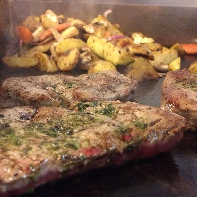 Oxfilé - stekta grönsaker, klyftpotatis och bearnaisesås 👌🏼 #magisk #oxfilé #italienstyle🇮🇹